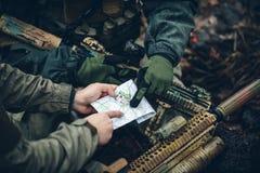 Soldati sull'all'aperto di esame della mappa Immagini Stock Libere da Diritti