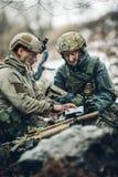 Soldati sull'all'aperto di esame della mappa Immagine Stock Libera da Diritti