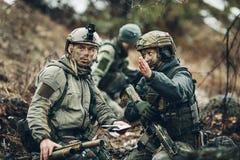 Soldati sull'all'aperto di esame della mappa immagini stock