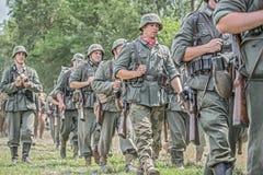 Soldati tedeschi che marciano su un campo di battaglia Fotografia Stock