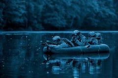 Soldati in una barca che naviga avanti Immagine Stock