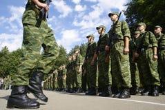Soldati in uniforme con la menzogne dei fucili Fotografie Stock