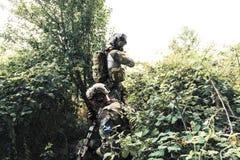 Soldati in uniforme di U S Esercito nel legno Fotografie Stock