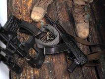 Soldatkängor och nära övre för handeldvapen Kriga fotografering för bildbyråer