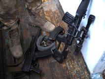 Soldatkängor och nära övre för handeldvapen Kriga arkivbilder
