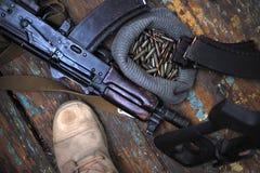 Soldatkängor och nära övre för handeldvapen Kriga arkivfoto