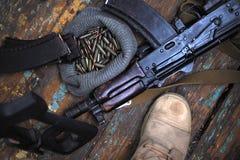 Soldatkängor och nära övre för handeldvapen Kriga arkivfoton