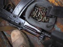 Soldatkängor och nära övre för handeldvapen Kriga royaltyfria bilder