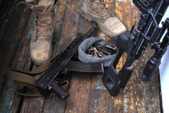 Soldatkängor och nära övre för handeldvapen Kriga royaltyfria foton