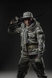 Soldatmann der besonderen Kräfte mit Maschinengewehr auf einem dunklen Hintergrund Lizenzfreie Stockfotografie