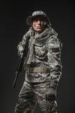 Soldatmann der besonderen Kräfte mit Maschinengewehr auf einem dunklen Hintergrund Stockbilder