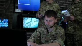 Soldatmannporträt, Cybersicherheit, technische Steuerung, spürend auf stock video