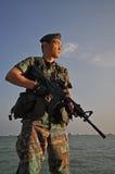 Soldato astuto che difende il paese Immagini Stock Libere da Diritti
