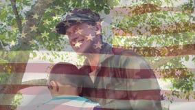 Soldato che abbraccia amoroso suo figlio stock footage