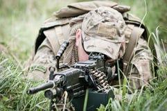 Soldato che assicura il suo perimetro - primo piano Fotografia Stock