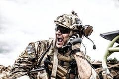 Soldato che comunica con il comando durante la battaglia Immagine Stock Libera da Diritti