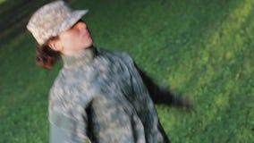 Soldato che fa le prese di salto stock footage