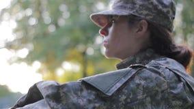 Soldato che guarda fuori dalla macchina fotografica stock footage