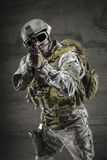 Soldato che indica pistola Immagine Stock
