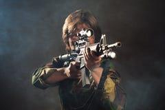 Soldato che mira un'arma Fotografia Stock Libera da Diritti