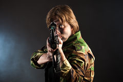 Soldato che mira un'arma Immagini Stock Libere da Diritti