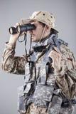 Soldato che osserva tramite il binocolo Fotografie Stock Libere da Diritti