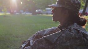 Soldato che si siede nell'erba stock footage
