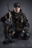 Soldato che si siede sul pavimento Immagini Stock