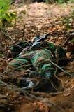 Soldato che striscia sotto la sbavatura Fotografia Stock