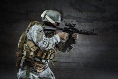Soldato che tende un fucile Fotografie Stock Libere da Diritti