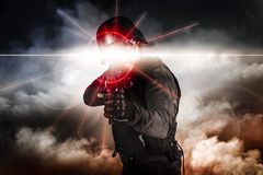 Soldato che tende vista del laser del fucile di assalto Immagini Stock