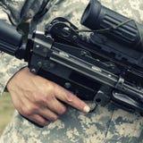 Soldato che tiene pistola automatica Fotografia Stock Libera da Diritti