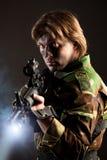 Soldato che tiene un'arma Fotografia Stock