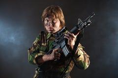 Soldato che tiene un'arma Fotografie Stock