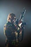 Soldato che tiene un'arma Fotografie Stock Libere da Diritti