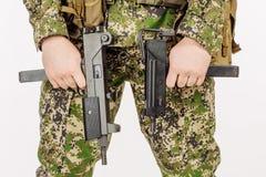 Soldato che tiene una rivoltella nera Addestramento dei soldati che infornano wea Fotografia Stock Libera da Diritti