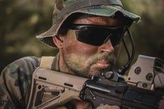 Soldato con addestramento del fucile nella foresta Fotografia Stock Libera da Diritti
