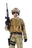 Soldato con il fucile o il tiratore franco sopra fondo bianco Immagine Stock