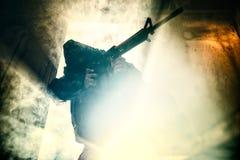 Soldato con l'obiettivo d'attacco del fucile Fotografia Stock
