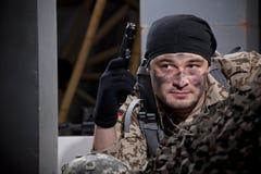 Soldato con nascondersi della rivoltella Fotografia Stock