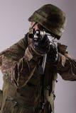Soldato con un fucile fotografia stock