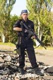 Soldato con un fucile che mira l'obiettivo Immagini Stock Libere da Diritti