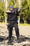 Soldato con un fucile che mira l'obiettivo Immagini Stock