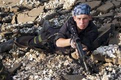 Soldato con un fucile che mira l'obiettivo Fotografia Stock Libera da Diritti