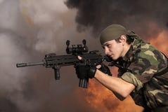 Soldato con un fucile di assalto automatico Fotografia Stock Libera da Diritti