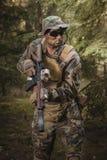 Soldato con un fucile di assalto nella foresta Fotografie Stock Libere da Diritti