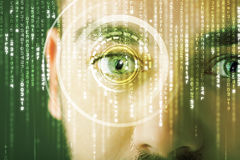 Soldato cyber moderno con l'occhio della matrice dell'obiettivo immagine stock libera da diritti