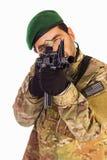 Soldato da tendere e sparare ad un obiettivo con il riffle di assalto Fotografie Stock Libere da Diritti