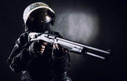 Soldato dei ops di spec. con il fucile da caccia fotografie stock