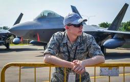 Soldato dell'aeronautica di Stati Uniti con gli aerei immagini stock